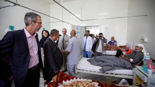 Доминик Стилхарт, управляющий директор МККК, во время визита в госпиталь в Сане, 12 мая 2017