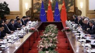 中国国务院总理李克强(左四)与欧洲代表团举行会谈,北京,2013年11月21日
