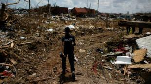 Un policier cherche des corps après la destruction entière de la ville de Marsh Harbour, dans les Bahamas le 10 septembre 2019.