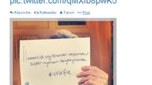 """Ngày 15/11/2013, Ngoại trưởng Mỹ công bố trên tài khoản Twitter của ông một bức """"unselfie"""" kêu gọi quyên góp giúp nạn nhân bão Haiyan tại Philippines. Ảnh chụp màn hình trang Twitter của ông John Kerry."""