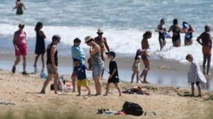 Inquiétudes sur les plages du littoral français, où depuis le déconfinement progressif, les règles sanitaires ne sont pas toujours respectées.
