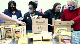 Alexandria Ocasio-Cortez ( 3eme à dr.), lors d'une distribution à la banque alimentaire de Houston, Texas, le 20 février 2020.