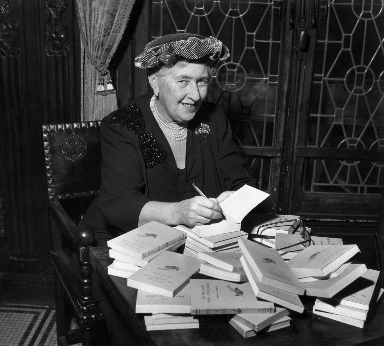 Agatha Christie, en 1965, lors d'une séance de dédicace en France.