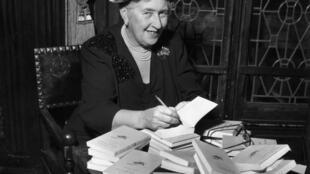 Agatha Christie, en 1965, lors d'une séance de dédicace en France (image d'illustration).