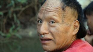 Tomás es un hombre murunahua recientemente contactado que vive cerca de la proyectada 'Carretera de la Muerte'.