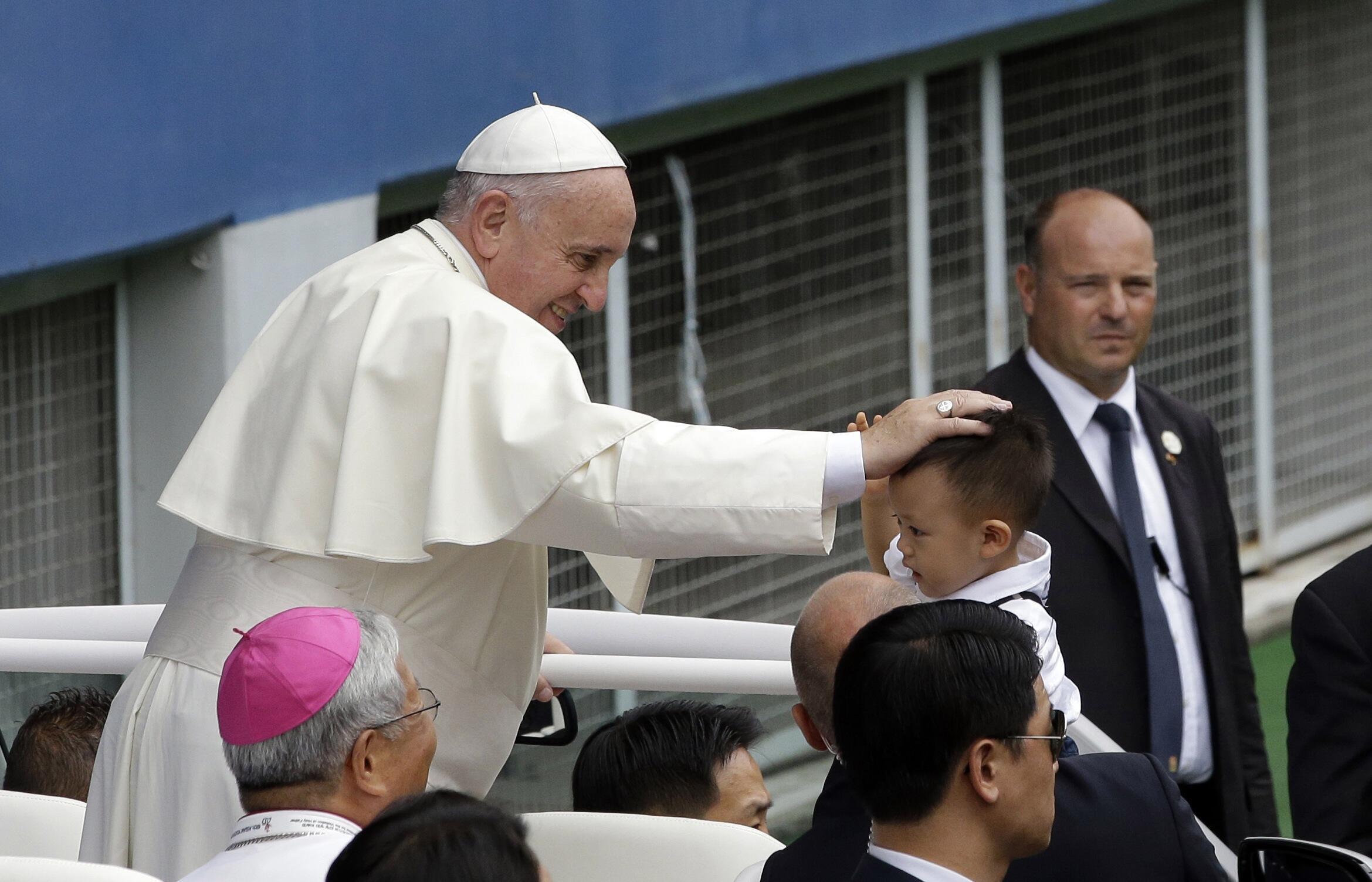 Giáo hoàng Phanxicô ban phước lành nhân ngày lễ Đức Mẹ lên trời tại Seoul - REUTERS /Lee Jin-man