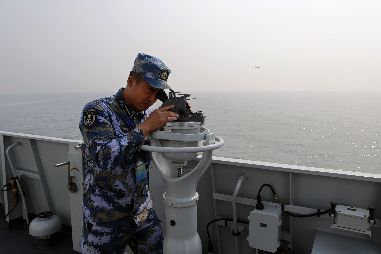 Lính tuần duyên Trung Quốc tham gia một cuộc tập trận ở Thanh Đảo - REUTERS /China Daily