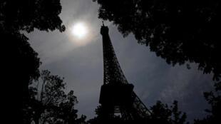 Sol nesta tarde de segunda-feira na Torre Eiffel. Onda de calor é esperada na maior parte do país