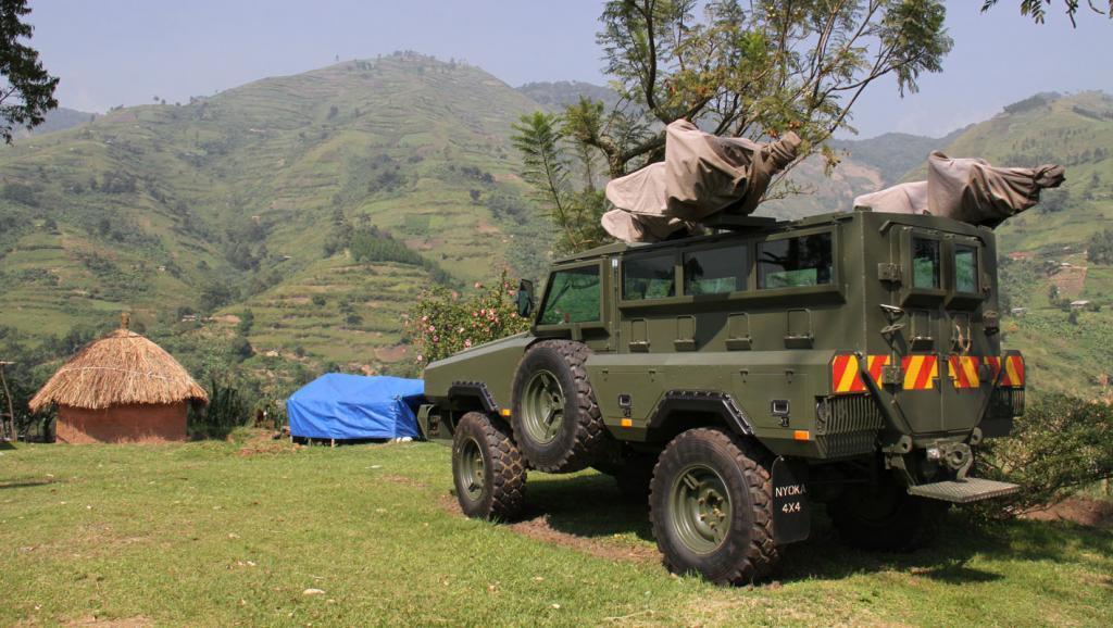 Gari ya jeshi la Uganda ikiegeshwa kwenye mlima wa Rwenzori, karibu na kijiji cha Kichwamba (kusini magharibi mwa Uganda