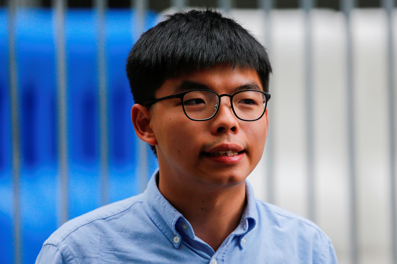 លោក Joshua Wong កំពុងប្រកាសនៅមុខអ្នកកាសែតពីការច្រានចោលបេក្ខភាពរបស់ខ្លួន ដោយគ.ជ.ប.។