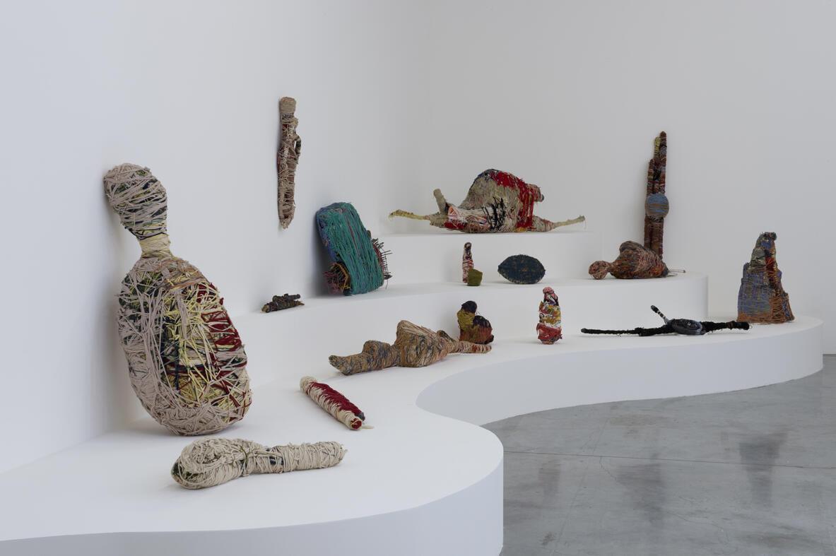 Esculturas têxteis da americana Judith Scott, que tem Síndrome de Down, realizadas com fios de lã e materiais diversos