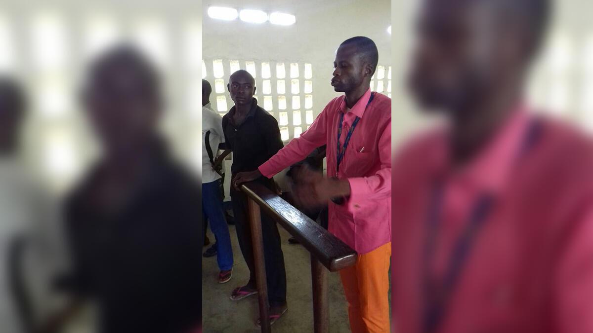 À droite, en chemise rose, Jean Bosco Mukanda, le témoin-vedette, témoigne sous les yeux d'Evariste Ilunga dit Beaugars, principal suspect du procès de Kananga.