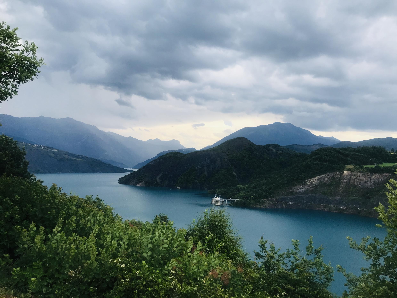 Hồ nhân tạo Serre-Ponçon ở làng Savines-le-Lac, tỉnh Hautes-Alpes, Pháp.