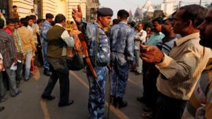2016年11月11日,印度民眾排隊兌換廢棄的紙幣,防暴警察出動維持秩序。