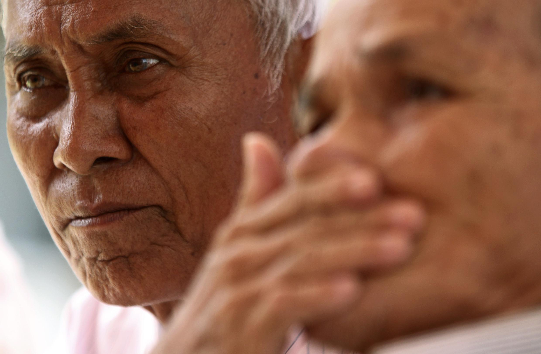 Deux survivants d'une des prisons des Khmers rouges assistent à une cérémonie commémorant le génocide.