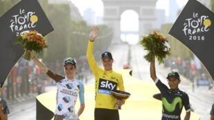 Церемония награждения Tour de France 2016: британец Крис Фрум, француз Ромен Барде и колумбиец Наиро Кинтана на фоне Триумфальной арки