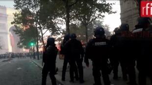 巴黎凯旋门附近街头