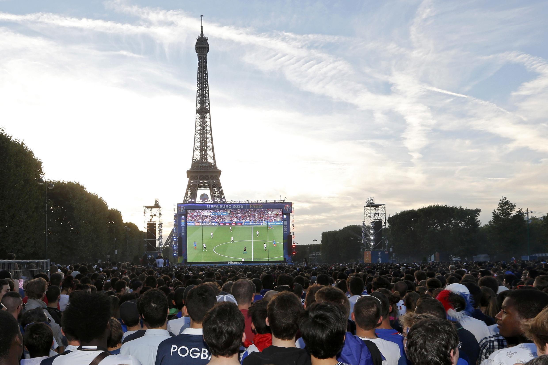 1400 полицейских охраняют фан-зону перед Эйфелевой башней в Париже.
