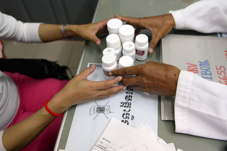 O tratamento com antirretrovirais, quando adotado corretamente, reduz a carga viral no organismo e diminui o risco de transmissão do HIV.