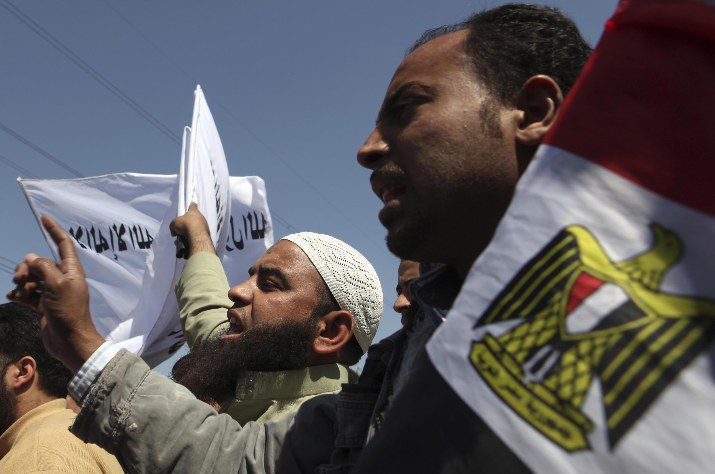 Manifestantes pró-Morsi defendem gestão do presidente defensor do islamismo conservador, na cidade do Cairo, em março passado.