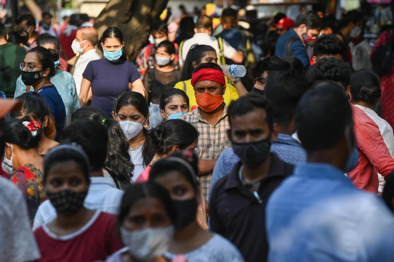 El mercado de Sarojini Nagar registró una afluenca masiva el 19 de junio de 2021 después de que las autoridades de Nueva Delhi suavizaron las medidas de confinamiento para frenar la pandemia de covid-19