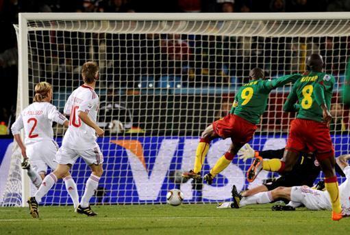 Samuel Eto'o ouvre le score pour le Cameroun face au Danemark.