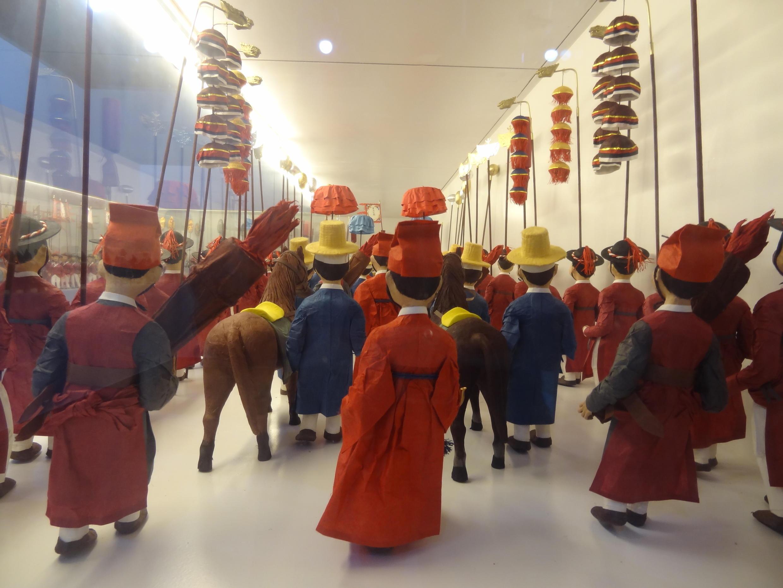 Pour créer ces figurines uniques, l'artiste Yang Mi-yong s'est inspirée des Uigwe, des Protocoles royaux de la dynastie Joseon, au pouvoir dans la péninsule coréenne de 1392 à 1910.