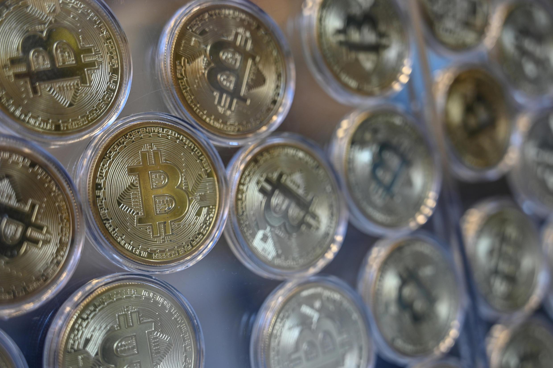"""Una imitación física de bitcoins en una tienda de """"Cambio de Bitcóin"""", cerca del Gran Bazar en Estambul, Turquía, el 17 de diciembre de 2020"""