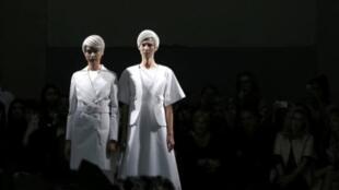 Modelos do estilista japonês Kunihiko Morinaga na abertura da Fashion Week de Paris em 23 de setembro de 2014.