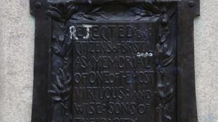 Plaque sur le socle vacant de la statue d'Edward Colston à Bristol, dans le sud-ouest de l'Angleterre, le 15 juillet 2020 avec des lettres blanches ajoutées pour épeler le mot «rejeté» au lieu de «érigé».