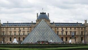Evite as enormes filas ao longo da famosa pirâmide de vidro para entrar no Museu do Louvre!