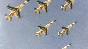 """جنگنده های """"اف ۵"""" تیم تاج طلایی (تیم آکروجت نیروی هوایی شاهنشاهی ایران) در حال نمایش هوایی. مورخ ۲۵ خرداد ۱۳۵۲ ."""