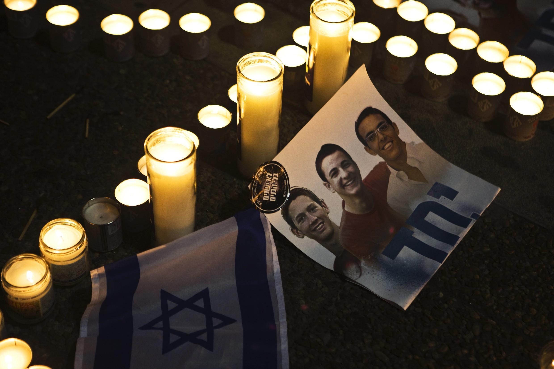 Fotos dos três jovens mortos na Cisjordânia foram expostas nas ruas de Israel.