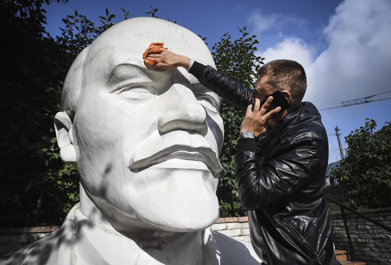 Памятник Ленину возле штаба КПРФ в Новосибирске, сентябрь 2020 г.