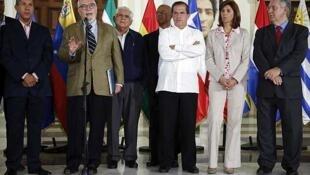 El secretario ejecutivo de la MUD, Ramón Guillermo  Aveledo habla ante la prensa después de una reunión en Caracas, el 8 de abril de 2014.
