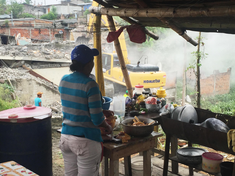 A Pédernales en Equateur, malgré les travaux de démolition, le bruit et la poussière, une dame tient son commerce de restauration.