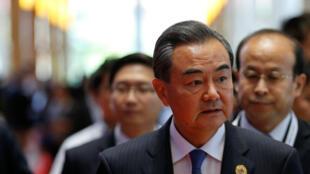 图为中国外长王毅参加东盟外长万象会议