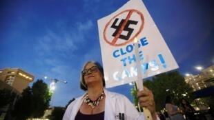 在德克萨斯抗议关押非法移民看管所的一名女士