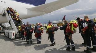 Des membres d'une ONG allemande embarquent dans un avion pour le Népal via New Delhi afin d'apporter une aide humanitaire, à Francfort, le 26 avril 2015.