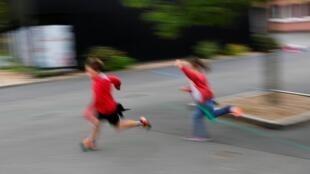 En France, les enfants retrouveront en principe les chemins de l'école le 11 mai.