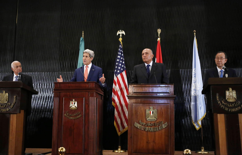 De gauche à droite, le secrétaire général de la Ligue arabe Nabil al-Arabi, le secrétaire d'Etat américain John Kerry,  le chef de la diplomatie égyptienne Sameh Choukri et le secrétaire général de l'ONU Ban Ki-moon. Le Caire, le 25 juillet 2014.