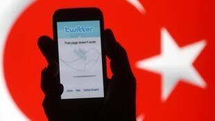 Celular mostra página inicial do Twitter fora do ar, com bandeira turca ao fundo