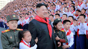 Лидер Северной Кореи Ким Чен Ын в окружении детей