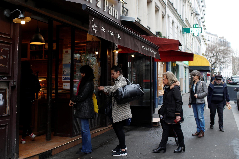 Des Parisiens font la queue devant une boulangerie en respectant les consignes de distance conseillée entre chaque personne, le 16 mars 2020.