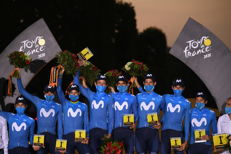 Nelson Oliveira (centro) foi o único atleta português a participar na Volta a França e venceu com a Movistar a classificação por equipas.