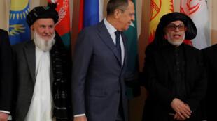 سرگئی لاوروف، وزیر امور خارجۀ روسیه در میان رئیس هیئت نمایندگی افغانستان و معاون شورای عالی صلح ( نفر سمت چپ) و رئیس شورای سیاسی طالبان در قطر (نفر سمت راست)، در نشست مسکو در مورد صلح افغانستان. جمعه ١٨ آبان-عقرب/ ٩ نوامبر ٢٠۱٨