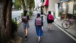 Des enfants sur le chemin de l'école, à Ogikubo, dans le district de Tokyo (image d'illustration).