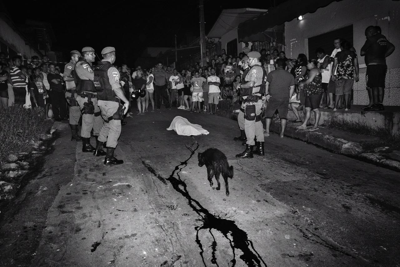 Cena de violência na periferia de Manaus.