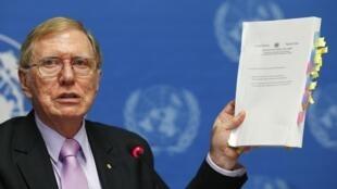 Michael Kirby, Chủ tịch Ủy ban điều tra về nhân quyền ở Bắc Triều Tiên trưng bản sao báo cáo tại trụ sở Hội đồng Nhân quyền LHQ ở Geneve ngày 17/02/2014.