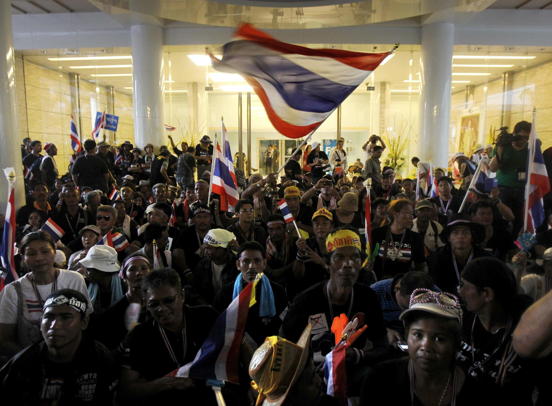Des opposants au gouvernement ont occupé le ministère des Finances à Bangkok, le 25 novembre 2013.